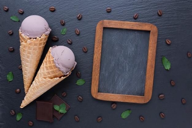 Maqueta de helado de café y pizarra