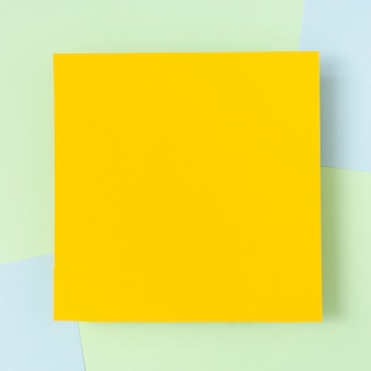 Maqueta de hoja de cartón amarilla