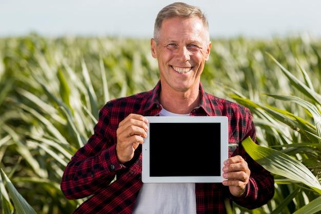 Maqueta hombre de mediana edad en un campo
