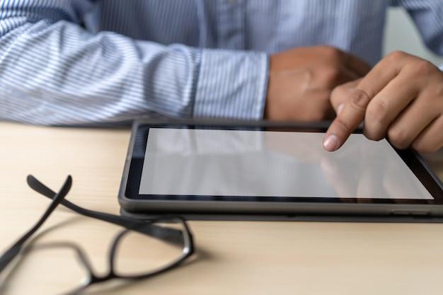 Maqueta del hombre de negocios que usa la pantalla del portátil para su mensaje de texto publicitario