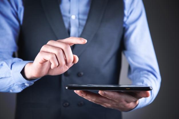 Maqueta de un hombre que sostiene el dispositivo de tableta digital en las manos