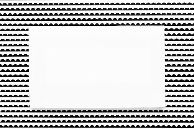 Maqueta de invitación con fondo estampado