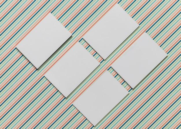 Maqueta de invitaciones con fondo colorido