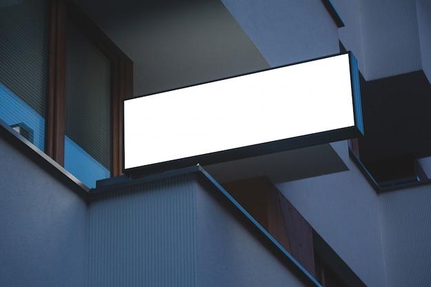 Maqueta de letrero en blanco iluminado en la noche. publicidad exterior