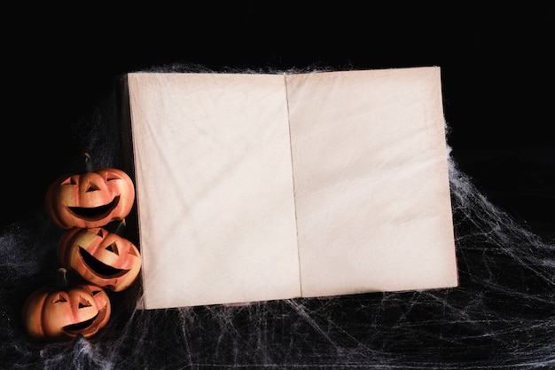 Maqueta de libro con linternas de jack-o'