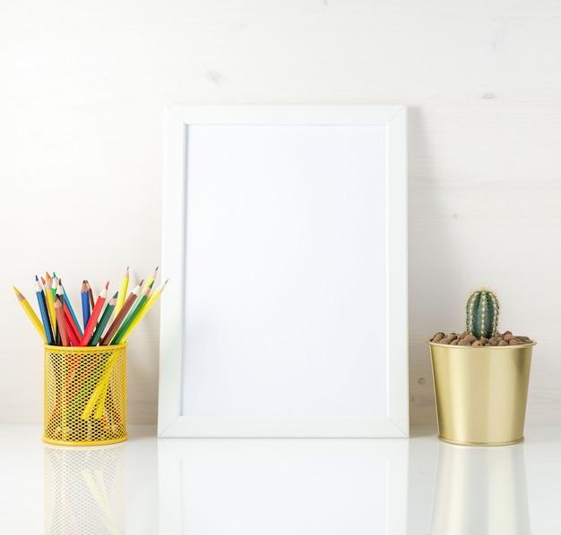 Maqueta limpia marco blanco, lápices de colores y suculentas sobre fondo blanco. por creatividad, dibujo.