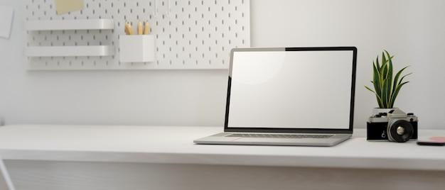 Maqueta de lugar de trabajo moderno con pantalla en blanco de computadora portátil y espacio vacío en la representación 3d de la mesa blanca