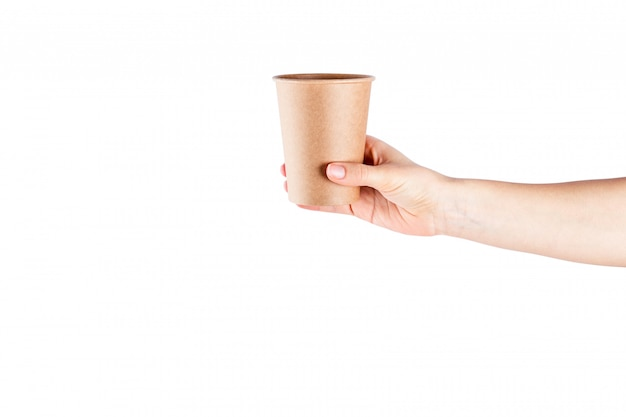 Maqueta de mano de mujer sosteniendo una taza de papel de café aislada en la superficie blanca.