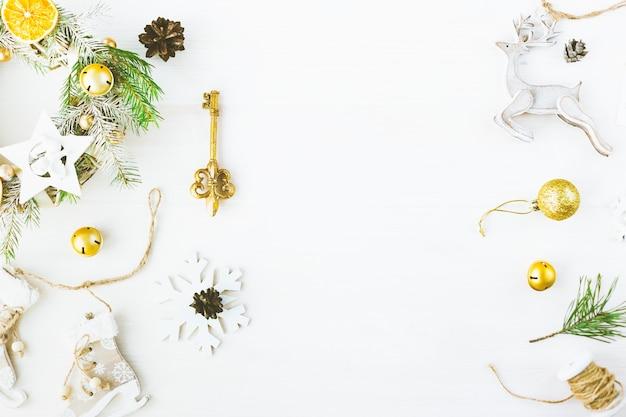 Maqueta de marca con estilo para mostrar sus obras de arte. los regalos lindos del año nuevo de la navidad del vintage imitan para arriba en el fondo de madera. vista superior plana.