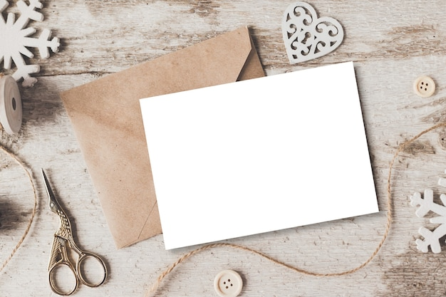 Maqueta de marca con estilo para mostrar sus obras de arte. los regalos lindos del año nuevo de la navidad del vintage imitan para arriba en el fondo de madera.