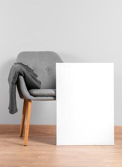 Maqueta de marco al lado de la silla