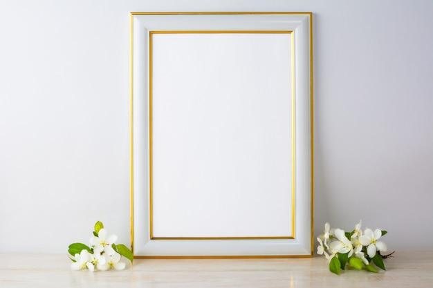 Maqueta de marco blanco con flor de manzana