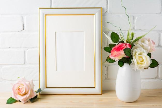 Maqueta de marco blanco en pared de ladrillo con rosas