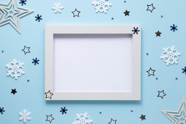 Maqueta de marco con decoraciones navideñas