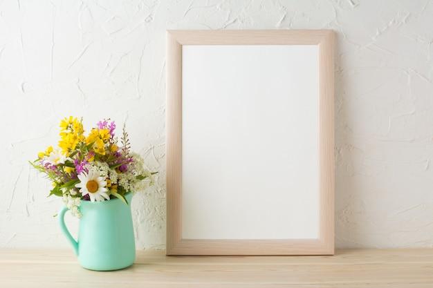 Maqueta de marco con flores en jarrón verde menta
