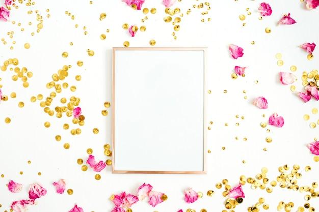 Maqueta de marco de fotos, pétalos de rosa rosa y confeti dorado sobre blanco
