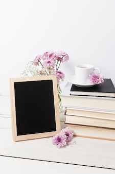 Maqueta de marco junto a libros