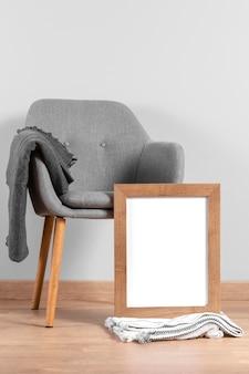 Maqueta de marco junto a la silla