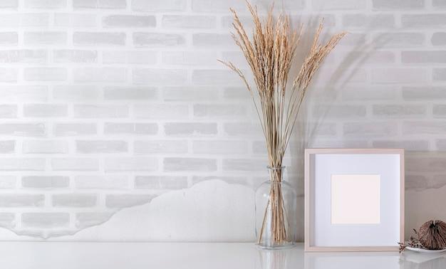 Maqueta de marco de madera y jarrón de vidrio de planta