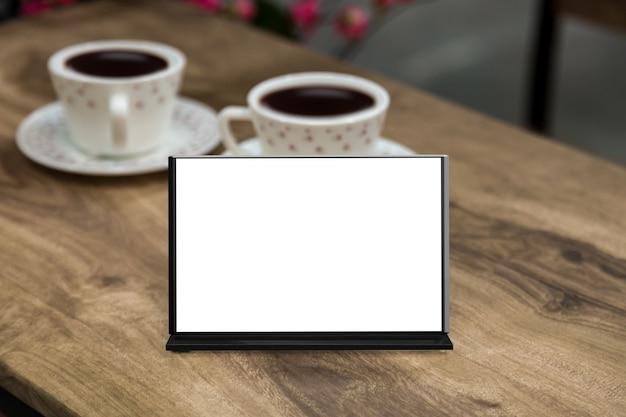 Maqueta marco de menú en blanco en la mesa en el restaurante