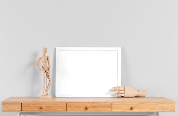 Maqueta de marco en la mesa al lado del cuerpo humano