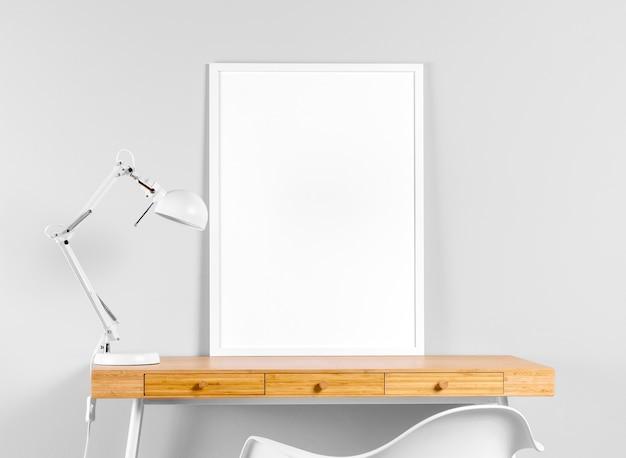 Maqueta de marco en la mesa junto a la lámpara
