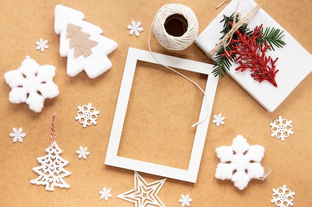 Maqueta de marco navideño con copos de nieve
