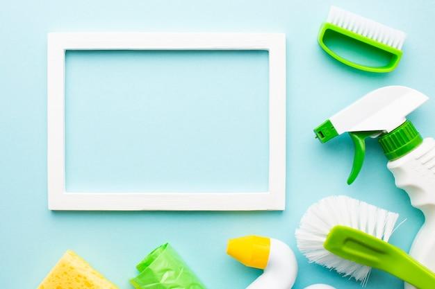 Maqueta de marco con productos de limpieza