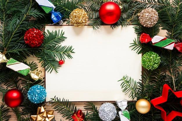 Maqueta de marco de ramas de pino con concepto de navidad