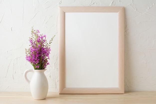 Maqueta de marco con ramo de flores silvestres de color púrpura