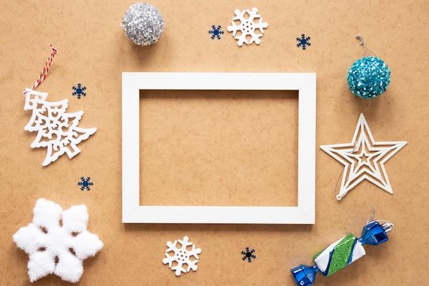 Maqueta de marco rodeada de decoraciones