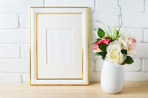 Maqueta de marco con rosas en florero blanco