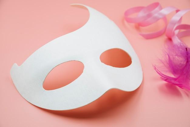 Maqueta de máscara blanca con plumas.
