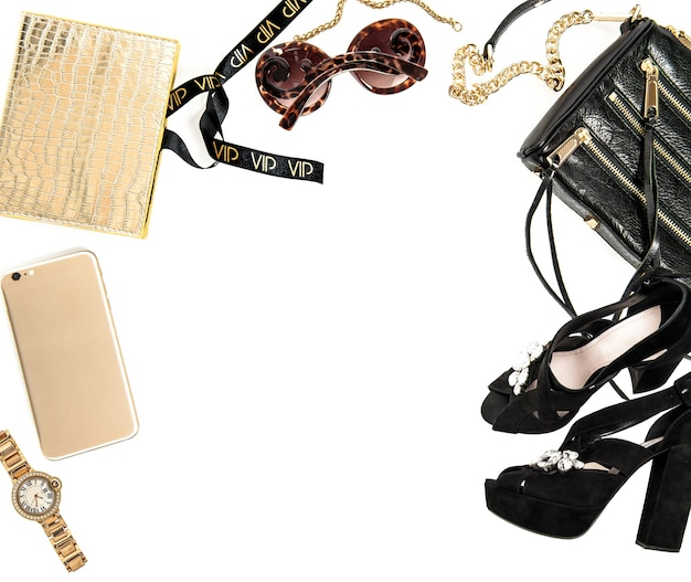 Maqueta de moda con accesorios de dama de negocios. objetos femeninos sobre fondo blanco.
