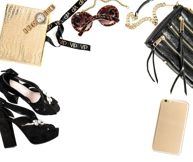 Maqueta de moda con accesorios de dama de negocios sobre fondo blanco. escritorio de compras. pantalla del producto