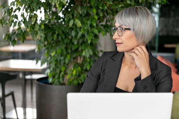 Maqueta de mujer de negocios de vista frontal