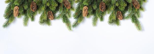 Maqueta de navidad y año nuevo con ramas de abeto y adornos de piña