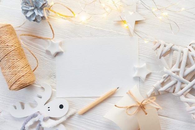 Maqueta navideña de lazo beige blanco, caja de regalo dorada y cono.