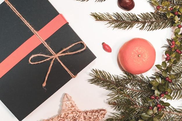 Maqueta navideña para postal con frutos secos, papel artesanal, caja de regalo, juguetes navideños hechos a mano