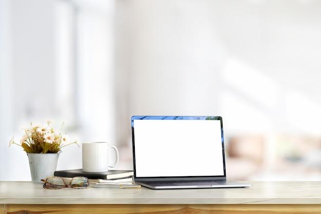 Maqueta de ordenador portátil de pantalla en blanco en la sala de estar