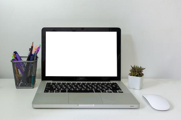 Maqueta de ordenador portátil y ratón cactus blanco pantalla en blanco en la mesa. se utiliza para anunciar texto en la pantalla de la computadora.