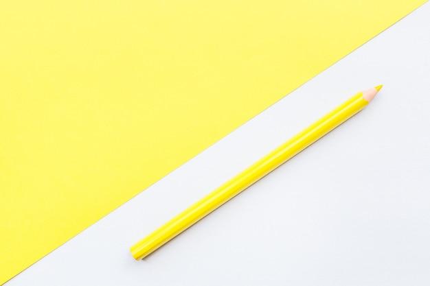 Maqueta de página en blanco con lápiz amarillo.