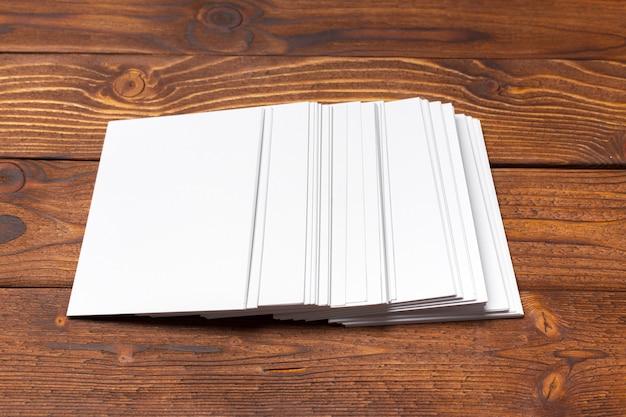 Maqueta de papel blanco en blanco