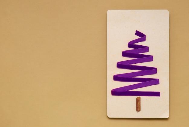 Maqueta de papel en blanco, cajas de regalo, decoraciones, aislado en blanco