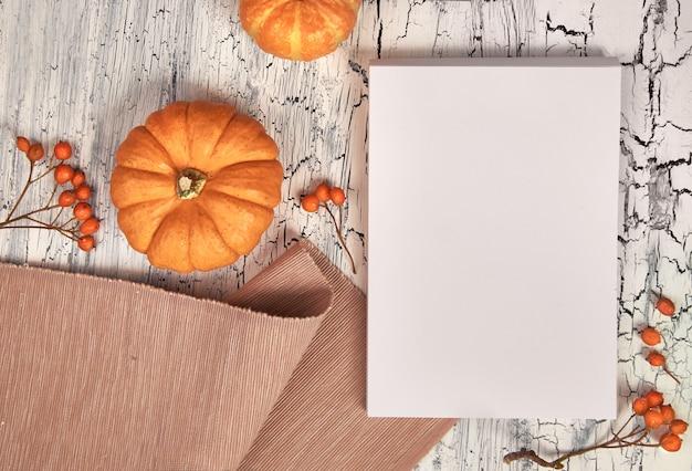 Maqueta de papel para su obra de arte o texto con decoraciones de otoño