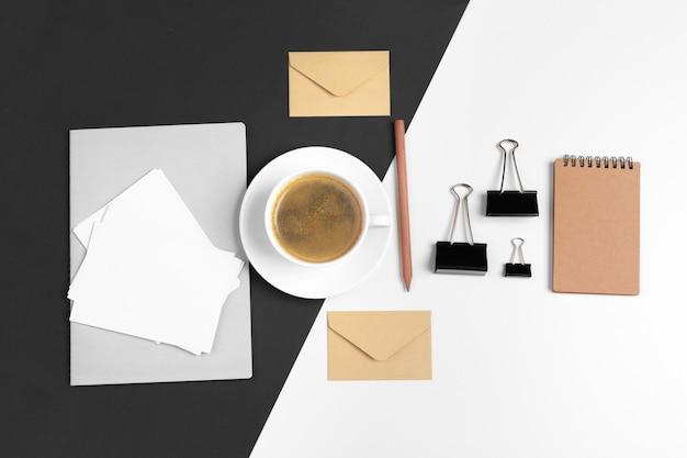 Maqueta de papelería de estilo hipster moderno con varios artículos de papel, suministros de oficina