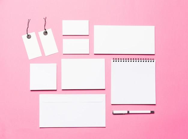 Maqueta de papeles en blanco y cuadernos