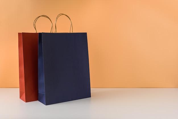 Maqueta de paquete artesanal en blanco o bolsa de papel de colores con asas