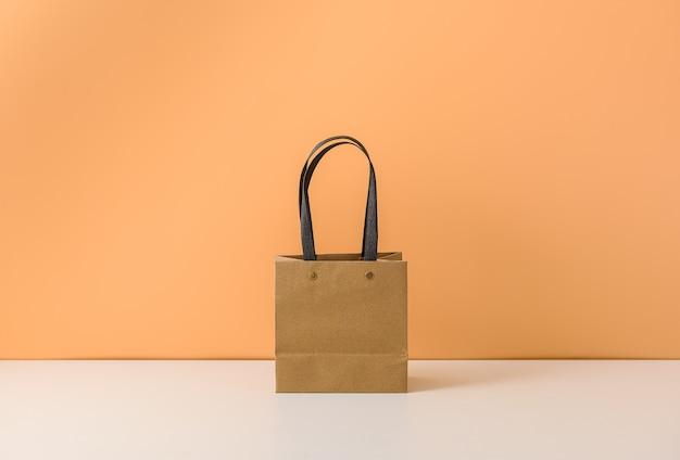 Maqueta de paquete artesanal en blanco o bolsa de papel marrón con asas