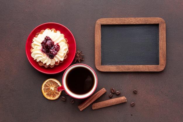 Maqueta con pastel en plano